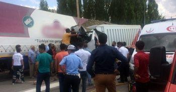 Hafriyat yüklü kamyon tıra çarptı: 1 ölü