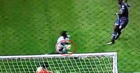 Maçta tartışmalı pozisyon! Penaltı...