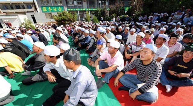 Çin'de Müslümanlar bayram namazı için toplandı