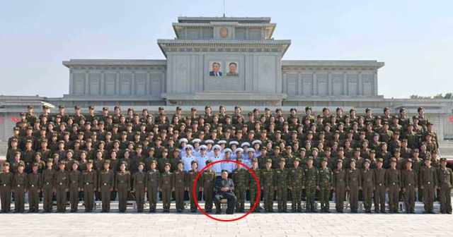 Kim Jong-un'dan dünyaya yeni tehdit! Yüzlerce askerin önünde böyle poz verdi