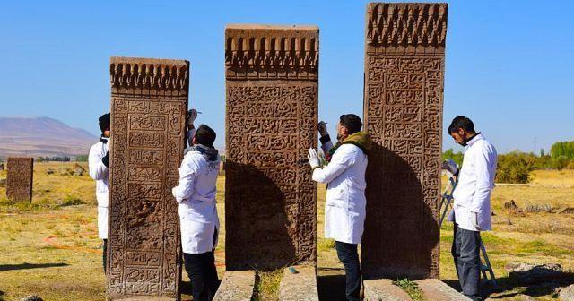 Ahlat'taki Selçuklu mezarlığında 600 mezar taşı düzeltildi