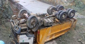 Hafriyat kamyonu, yol yapım alanına yuvarlandı