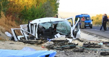 İşçileri taşıyan kamyonet kaza yaptı: 2 ölü, 2 yaralı