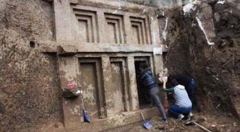 2 bin 400 yıllık Likya kaya mezarı tesadüfen bulundu