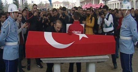 Yunan halterci Leonidis, Naim Süleymanoğlu'nun tabutunu öperek rakibine veda etti