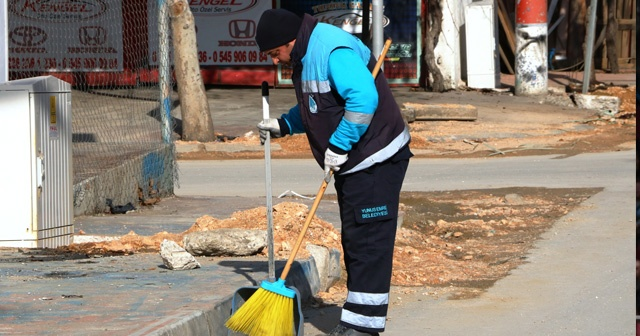 Sokak köpeğine şarkı söyleyen temizlik işçisi konuştu