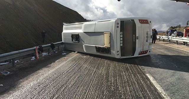 Yolcu midibüsü devrildi: 15 yaralı
