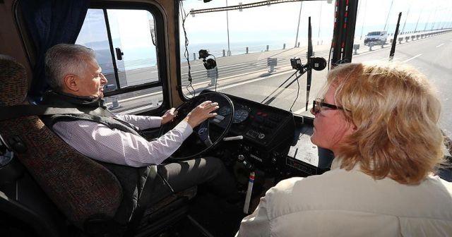 Başbakan Yıldırım otobüsün direksiyonuna geçti