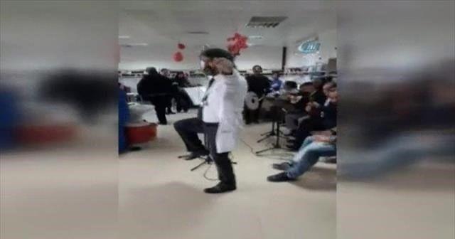Doktor kanser hastalarına moral için zeybek oynadı
