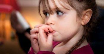 Tırnak yiyen çocuk üzerinde baskı kurmayın