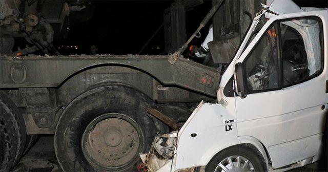 Park halindeki askeri tıra minibüs çarptı: 4 ölü, 10 yaralı