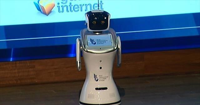 Programı robot sundu