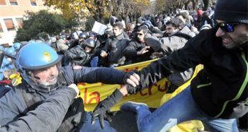 İtalya'da ırkçılık ve faşizm karşıtı gösteride arbede