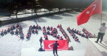 Öğrenciler okul bahçesinde 'Afrin' yazıp Türk bayrağı açtı