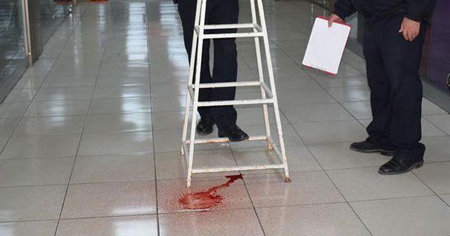 Tavandan damlayan kırmızı renkli sıvı polisi alarma geçirdi