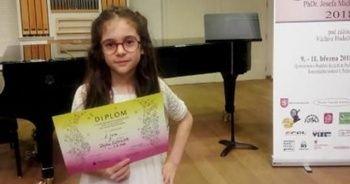 9 yaşındaki Defne, kemanda dünya şampiyonu oldu