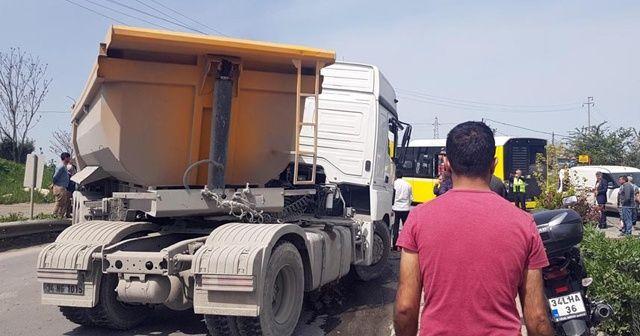 İstanbul'da hafriyat kamyonu İETT otobüsüne çarptı