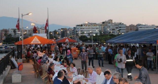 İskenderun'da iskelede iftar sofrası kuruldu