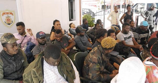 Çanakkale'de lastik botta 43 kaçak göçmen yakalandı