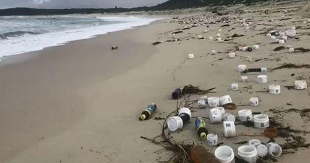 Gemiden düşen konteynerlerdeki malzeme sahillere vuruyor