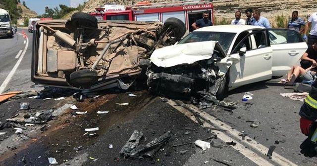 İki otomobil kafa kafaya çarpıştı! 3 ölü 4 yaralı...