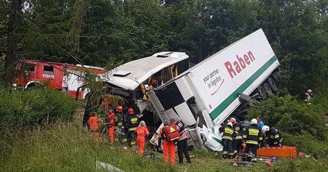Polonya'da okul servisi kaza yaptı: 48 yaralı
