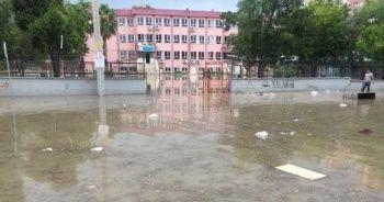 Adana'da sel hayatı olumsuz etkiledi