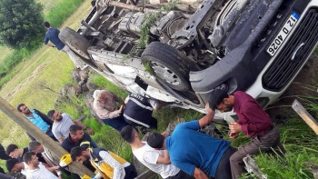 Bingöl'de yolcu minibüsü devrildi: 14 yaralı