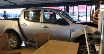 Kamyonet restorana girdi: 1'i bebek 8 yaralı