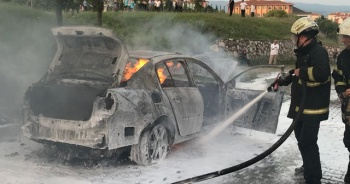 Seyir halindeki otomobil alev alev yanarak küle döndü