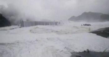 Japonya'da korkutan tayfun, 300 uçuş iptal edildi