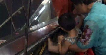Küçük çocuğun ayağı yürüyen merdivene sıkıştı