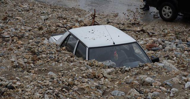 Korkutan görüntü: Heyelan otomobilleri yuttu!
