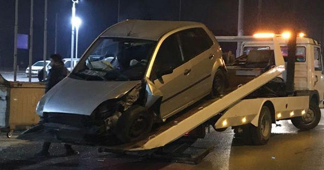 Otomobil aydınlatma direğine çarptı: 3 yaralı