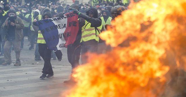 Fransa'da sarı yelekliler otoyol gişesini ateşe verdi