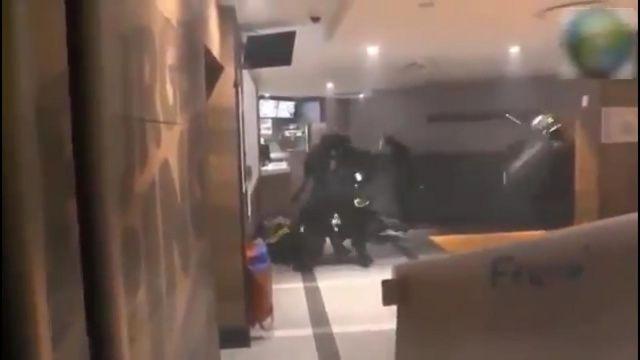 Fransız polisi eylemcileri darp ederken görüntülendi