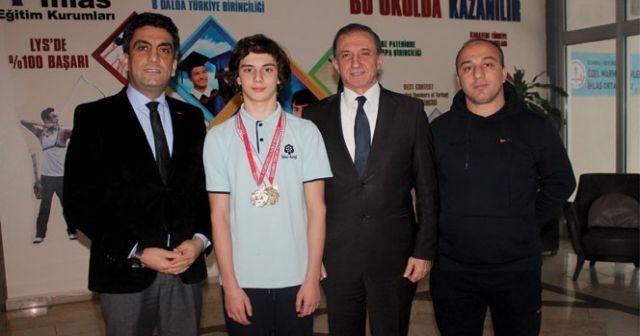 İhlas Koleji öğrencisi yüzmede Türkiye şampiyonu