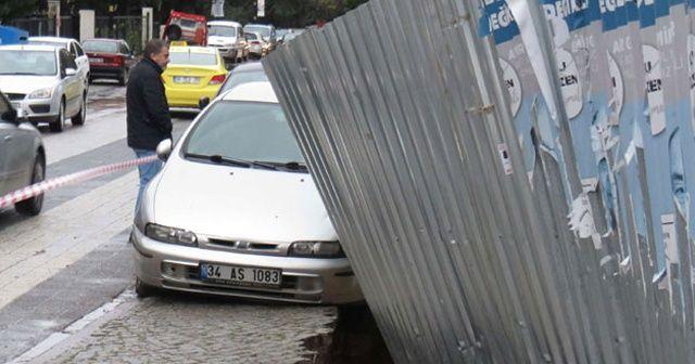 Maltepe'de yol çöktü, araba asılı kaldı