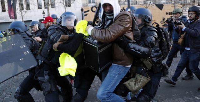 Paris'te Sarı Yelekliler'in protestosunda 135 kişi yaralandı, yaklaşık bin kişi de göz altına alındı
