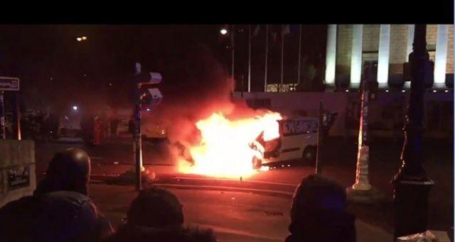 Paris'te Ulusal Meclisin önünde ambulans yakıldı