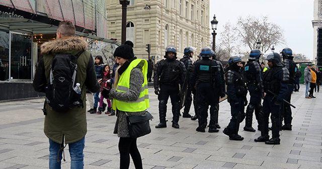 Paris'te yılbaşı için güvenlik önlemleri iki katına çıkarıldı