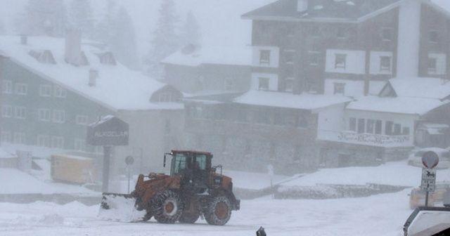 Uludağ yoğun kar ve tipiye teslim oldu