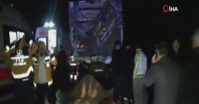 Yolcu otobüsü kum yüklü kamyona çarptı
