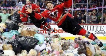 ABD'de buz hokeyi maçında sahaya rekor sayıda oyuncak ayı yağdı