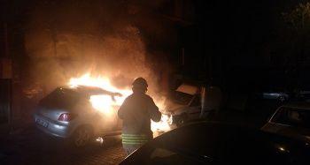 Bahçelievler'de park halinde otomobil alev alev yandı