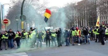 Belçika'da da sarı yeleklilerin protestoları akaryakıt zamlarını engelledi