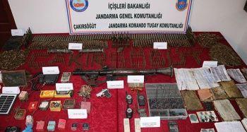 Bestler- Dereler bölgesinde teröristlere ait 23 sığınak ve mühimmat ele geçirildi