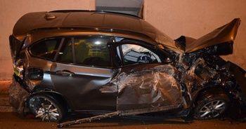 Kaza yapan araç tünelin tavanına uçtu