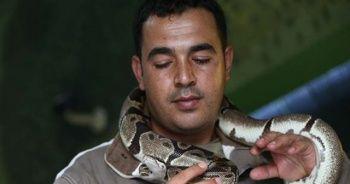 Mesleğini bıraktı, yılan bakıcısı oldu