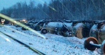 Rusya'da askeri araç taşıyan tren devrildi